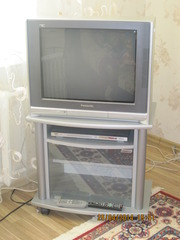 В комплекте телевизор Panasonic TX-25P90T,  тумбочка,  DVD Player BBK.
